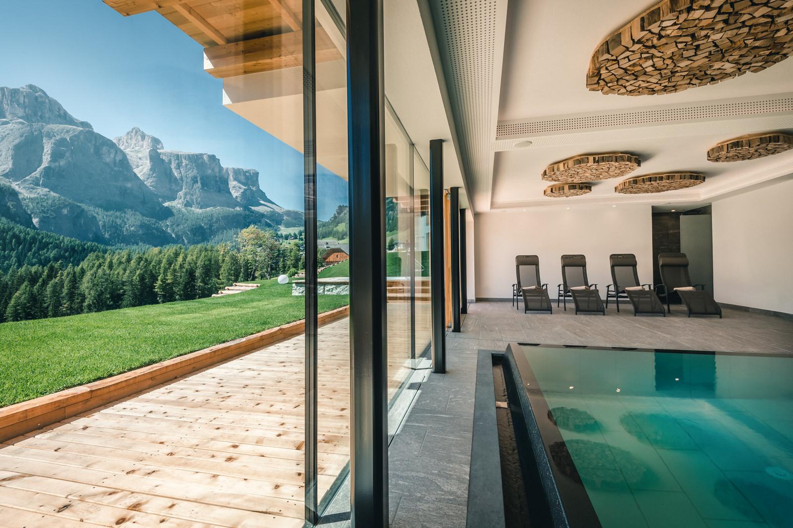 Hallenbad mit Aussicht auf Dolomiten